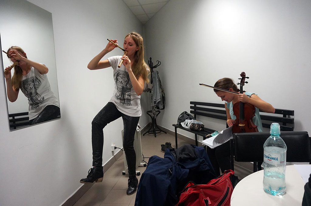 Toruń - przed koncertem, Asia z dwoma fletami i Martynka